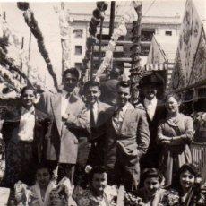 Fotografía antigua: SEVILLA 1953, MINUTERO AMBULANTE, ESCENA DE FERIA, 70X98 MM. Lote 51049237