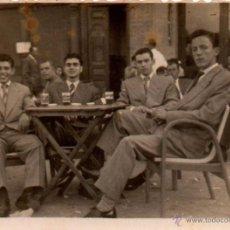 Fotografía antigua: SEVILLA, JUEVES SANTO 1953, REUNION AMIGOS EN UNA CANTINA, 78X57 MM. Lote 51183556