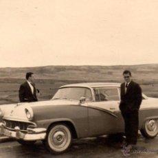 Fotografía antigua: CARRETERA PROV. SORIA, 1957,ESCENA COCHE ANTIGUO, 95X65 MM. Lote 51355107