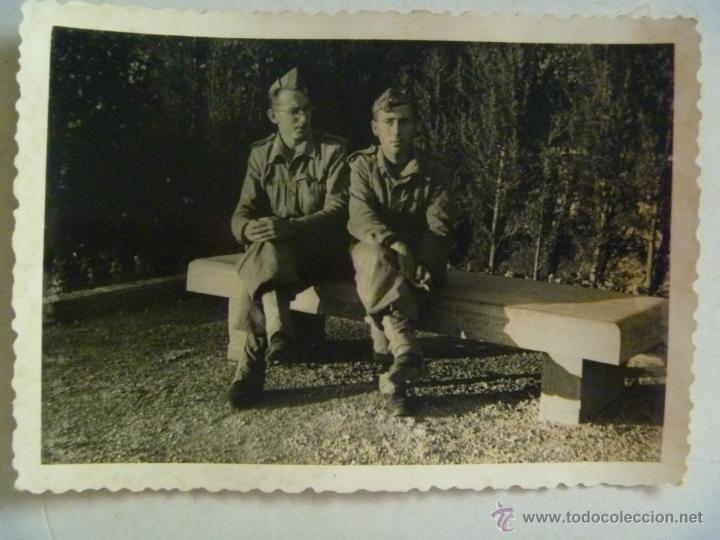 foto de dos soldados sentados en un banco , año - Comprar ...