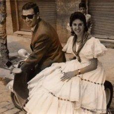Fotografía antigua: SEVILLA 1957, ANTIGUA FOTOGRAFIA PAREJA EN MOTO CAMINI DE LA FERIA 75X62 MM. Lote 51417573