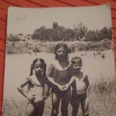 Fotografía antigua: ANTIGUA FOTOGRAFIA NIÑOS EN ALGUN RIO O PANTANO.AÑOS 60. Lote 51689190