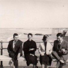 Fotografía antigua: CHIPIONA 1957, FOTOGRAFIA ANTIGUA, ESCENA DE PLAYA, 93X68 MM. Lote 51701491