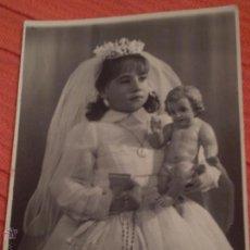 Fotografía antigua: ANTIGUA FOTOGRAFIA DE NIÑA EN 1º COMUNION.BADAJOZ.AÑOS 60. Lote 51719818