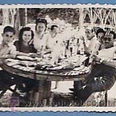 Fotografía antigua: FOTOGRAFIA ANTIGUA - ++ ¿LA RECONOCE? ++ COMIDA FAMILIAR FESTIVA (?) - SIN + DATOS - AÑOS 40. Lote 52462286