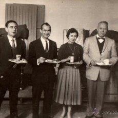 Fotografía antigua: ANTIGUA FOTOGRAFIA 1957, GRUPO DE AMIGOS DESAYUNANDO, 165X105 MM. Lote 52546203