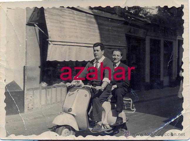 ANTIGUA FOTOGRAFIA, DOS SEÑORES MONTADOS EN VESPA,74X58MM (Fotografía Antigua - Fotomecánica)