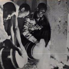 Fotografía antigua: CUBA. TÍPICA FOTO DE LA ALEGRIA DE LOS CUBANOS EN CARNAVALES. 22,3 X 29 CM. Lote 52706672