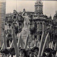 Fotografía antigua: CUBA. MANIFESTACIÓN ESTUDIANTIL EN CONTRA DE LA IGLESIA. 29 X 22,3 CM. Lote 52706772