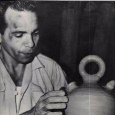 Fotografía antigua: CUBA. OBRERO ALFARERO CUBANO. 29 X 22,3 CM.. Lote 52706973