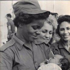 Fotografía antigua: CUBA. LOS CAMPESINOS CUBANOS ADMIRAN CARIÑOSAMENTE A SUS HIJOS. 29 X 22,3 CM. Lote 52707099
