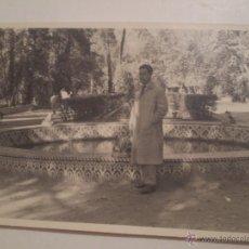 Fotografía antigua: ANTIGUA FOTOGRAFIA DE HOMBRE EN FUENTE DE LAS RANAS.PARQUE MARIA LUISA.SEVILLA.1954. Lote 52718993