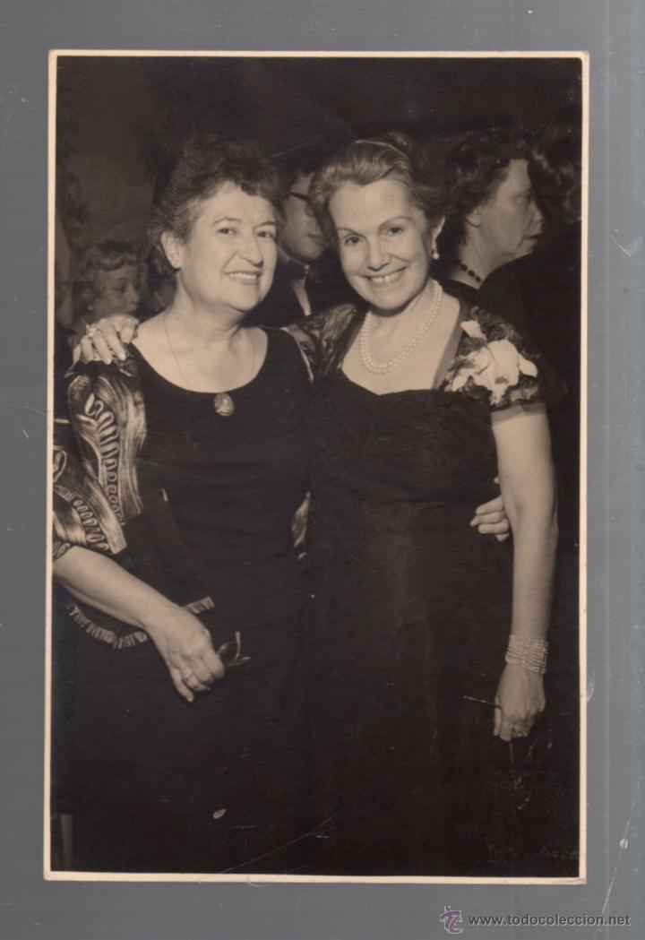FOTO DE LA POETISA CARMEN CONDE Y DULCE MARIA LOYNAZ. FOTO AUMENTE. MADRID. 11 X 17CM. 1958 (Fotografía Antigua - Fotomecánica)