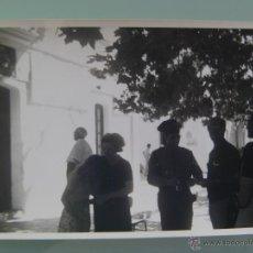 Fotografía antigua: FOTO DE GENTE DE VISITA A LA CASA CUARTEL GUARDIA CIVIL. Lote 52816176