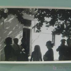 Fotografía antigua: FOTO DE GENTE DE VISITA A LA CASA CUARTEL GUARDIA CIVIL. Lote 52823022