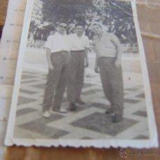 Fotografía antigua: FOTO FOTOGRAFIA AMIGOS EN PARQUE. Lote 52951558