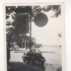 Fotografía antigua: SALOU (TARRAGONA). LOTE DE 20 FOTOS ORIGINALES AÑOS 1960S. PANELES PUBLICITARIOS EN LAS CALLES. Lote 53001859