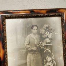 Fotografía antigua: CUADRO FOTOGRAFIA ANTIGUA, MUJER POSANDO. 49X60. Lote 53345033