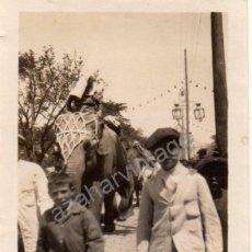 Fotografía antigua: SEVILLA, AÑOS 20, ELEFANTES POR EL REAL DE LA FERIA, RARISIMA,65X90MM. Lote 53415352