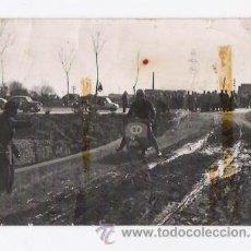Fotografía antigua: ANTIGUA FOTO DE PERSONA CON VESPA . Lote 53637843