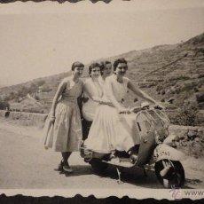 Fotografía antigua: ANTIGUA FOTOGRAFIA DE CHICAS EN VESPA SCOOTER LAMBRETTA.MADRID.AÑOS 50.. Lote 54067739