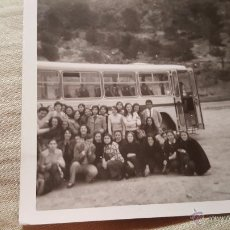 Fotografía antigua: ANTIGUA FOTOGRAFIA, GRUPO DE GENTE, AUTOBUS, JIJONA, ALICANTE. Lote 54068196