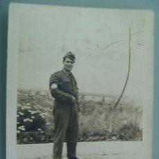 Fotografía antigua: FOTO DE LA MILI : SOLDADO CON ROPA DE FAENA AÑOS 70 Y BRAZALETE. Lote 54370227