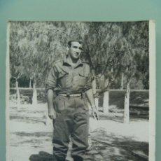 Fotografía antigua: FOTO DE LA MILI : SOLDADO CON ROPA DE FAENA AÑOS 60. Lote 54436578