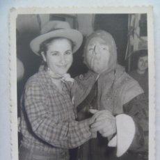 Fotografía antigua: FOTO DE CARNAVAL : PAREJA DE MASCARA . SEVILLA, AÑOS 60 .. Lote 54457458