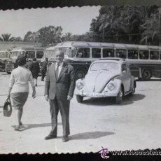 Fotografía antigua: FOTO DE SEÑOR CON AUTOBUSES DETRAS Y UN VOLKSWAGEN ESCARABAJO MATRICULA DE ALEMANIA. Lote 54540100