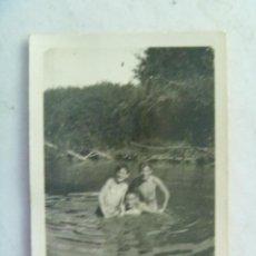 Fotografía antigua: FOTO DE NIÑOS BAÑANDOSE EN UN RIO , AÑOS 30. Lote 54934489