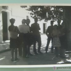 Fotografía antigua: FOTO DE GENTE DE VISITA A LA CASA CUARTEL GUARDIA CIVIL .. Lote 55155166
