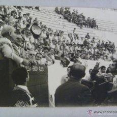 Fotografia antica: PLAZA DE TOROS DE MELILLA : TORERO HACIENDO EL BRINDIS A UNA PERSONALIDAD . DE BROTON, MELILLA. Lote 55351430