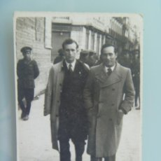 Fotografía antigua: MINUTERO FOTOGRAFO CALLEJERO DE HOMBRES PASEANDO, DETRAS MILITARES . GUADALAJARA , 1940. Lote 98510052