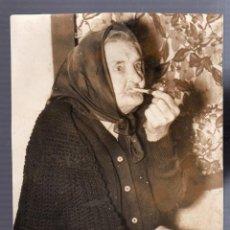 Fotografía antigua: FOTOGRAFIA. LA PALMA, CANARIAS. SEÑORA DE 103 AÑOS FUMANDO UNA PIPA. FOTO CIFRA GRAFICA. 19 X 14CM. Lote 56118219