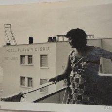 Fotografía antigua: ANTIGUA FOTOGRAFIA.MUJER CON HOTEL PLAYA VICTORIA.CADIZ? AÑOS 60. Lote 56130039