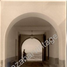 Fotografía antigua: PRECIOSA FOTOGRAFIA DE UN GUARDIA CIVIL HACIENDO GUARDIA, PROVINCIA DE SEVILLA,115X174MM. Lote 128326070