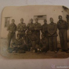 Fotografía antigua: SOLDADOS ESPAÑOLES DE ARTILLERIA CON MONO Y ROPA DE FAENA , MAUSER , ALPARGATAS , ETC.. Lote 56191442