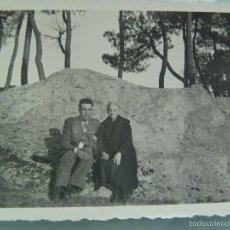 Fotografía antigua: FOTO DE UN GUARDIA CIVIL CON SU ANCIANA MADRE EN UN CAMPO, AÑOS 40. Lote 56302748