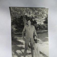 Fotografía antigua: JOVEN Y NIÑA EN EL JARDIN. YOUNG AND GIRL IN THE GARDEN. JEUNE ET FILLE DANS LE JARDIN.. Lote 56929698
