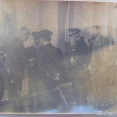 Fotografía antigua: PERSONALIDADES Y ALMIRANTE VISITA A UN BUQUE DE GUERRA, AÑOS 40. Lote 56942576