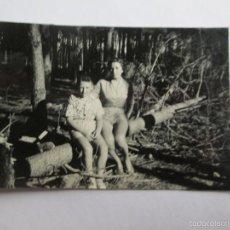 Fotografía antigua: TALA DE BOSQUE. FOREST LOGGING. MADRE NIÑO MOTHER ENFANT. Lote 57142056