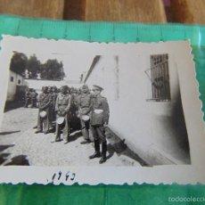 Fotografía antigua: FOTO FOTOGRAFIA DE MILITAR MILITARES 1942 RANCHO. Lote 57182694