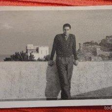 Fotografía antigua: ANTIGUA FOTOGRAFIA.CHICO CON HOTEL ANCORA AL FONDO.AÑOS 60. Lote 57197905