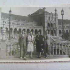 Fotografía antigua: MINUTERO DEL FOTOGRAFO DEL PARQUE Mª LUISA DE SEVILLA: AMIGOS EN PLAZA ESPAÑA, 1953. Lote 57260171