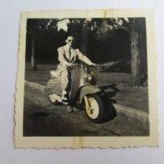 Fotografía antigua: HOMBRE MOTOCICLETA VESPA. MAN MOTORCYCLE SCOOTER. MAN MOTO SCOOTER.. Lote 57391603