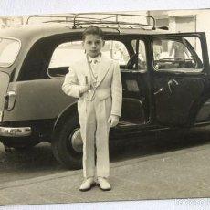 Fotografia antiga: FOTO NIÑO DE COMUNION COCHE TAXI BARCELONA FIAT 1100 GIARDINETTA FAMILIAR VIOTTI AÑOS 50/60 8,50X14. Lote 57505304