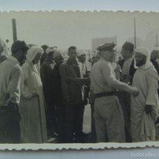 Fotografía antigua: FOTO DE UNA CALLE DE CASABLANCA ( MARRUECOS ), POLICIA Y MOROS . 1951. Lote 57694508