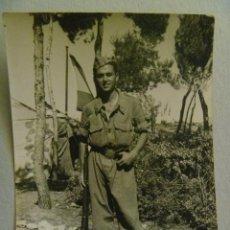 Fotografía antigua: FOTO DE LA MILI : SOLDADO CON ROPA DE FAENA , HEBILLA INFANTERIA REPUBLICA , ALPARGATAS Y MAUSER. Lote 57936080