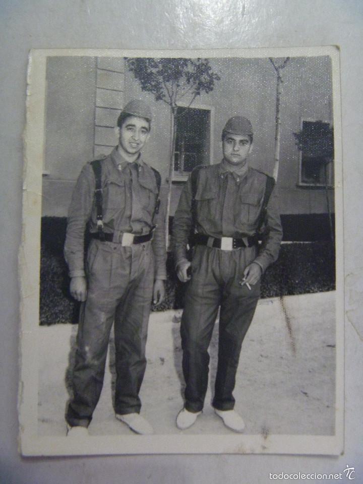 FOTO DE LA MILI : SOLDADOS DE ARTILLERIA CON ROPA DE FAENA AÑOS 60 . (Fotografía Antigua - Fotomecánica)